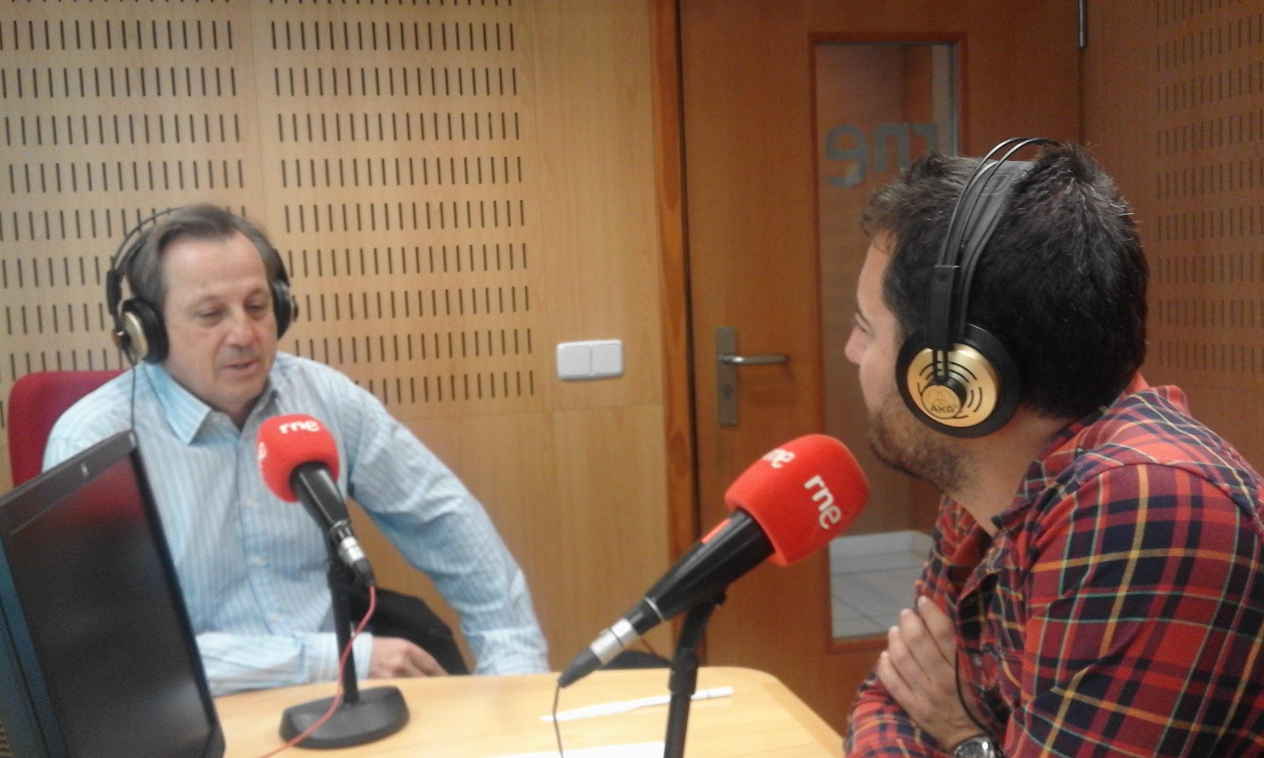 El Dr. Alfredo Amigó visita los estudios de Radio Nacional de España ...