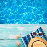 vacaciones-de-verano-en-costa-de-la-playa-las-chancletas-del-verano-de-los-complementos-sombrero-gafas-de-sol-en-la-turquesa-68171873