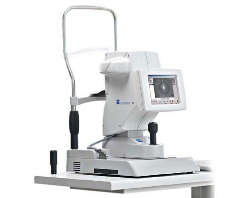 El IOLMaster es probablemente el equipo más avanzado en la actualidad para obtener las mediciones más fiables, se trata de un equipo de tal precisión que ha revolucionado todos los procedimientos existentes hasta la fecha. Esta tecnología se fundamenta en la biometría óptica combinada con la interferometría parcialmente coherente (PCI).